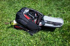 Bien choisir son sac photo n'est pas un exercice anodin. Il faut tenir compte de la taille et du poids du matériel à porter mais aussi de l'usage qui va être fait du sac. Il existe des centaines de modèles et le choix s'avère délicat au final.  Pour tenter d'y voir clair, j'ai cherché à savoir comment faisaient les pros pour choisir le bon sac, voici deux retours terrain et le mien avec ! Accessoires Photo, Golf Bags, Voici, Nikon, Photos, Sports, Photo Bag, Exercise, Human Height
