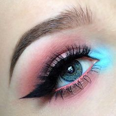 Bold eyeliner and pastel eyeshadow. A pop of color Eye Makeup Designs, Eye Makeup Art, Cute Makeup, Pretty Makeup, Skin Makeup, Eyeshadow Makeup, Pastel Eyeshadow, Stunning Makeup, Makeup Goals