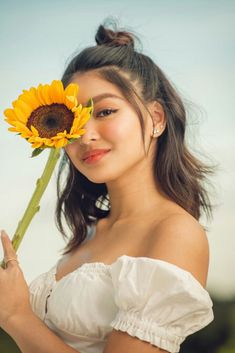 Beautiful sunflower and sunshine on my skin---my current summer mood! Drop a 🌻 below if you want to cop 's LustrousSummer look! Jadine JamesReid NadineLustre TeamReal c lustrousph Nadine Lustre Fashion, Nadine Lustre Outfits, Filipina Actress, Filipina Girls, Nadine Lustre Instagram, Lady Luster, Filipino Fashion, Human Body Organs, Jadine