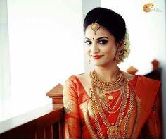 New Kashta Saree Hairstyle Kerala Wedding Saree, Kerala Bride, Hindu Bride, Saree Wedding, Kerala Saree, Bridal Sarees, Punjabi Wedding, Indian Sarees, South Indian Wedding Hairstyles