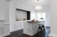 2-minosa-white-kitchen-parisian-hand-made-door-calcutta-marble-block-herringbone-tongue-groove-hidden-kitchen-design-provisial-woollahra-design-award-kbdi-2015-01.jpg 1600×1065 pikseli