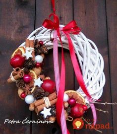 I think that I would cover the entire wreath. Christmas Candle Decorations, Christmas Flowers, Noel Christmas, Christmas Ornaments, Holiday Wreaths, Holiday Crafts, Christmas Inspiration, Biscuit, Bouquet