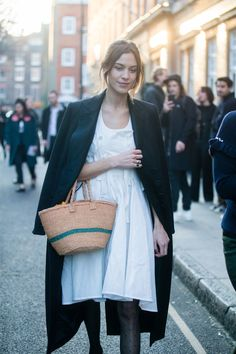 Alexa Chung Has Worked Out How to Dress For Cooler Weather, Let's All Take Note Street Style Trends, Street Style Looks, Alexa Chung Street Style, Vinyl Trousers, Look Star, Wicker Man, Garance, Fashion News, London Fashion Weeks