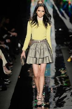 Fall/Winter 2010 Yellow Color Trend - Embedding the various bright shades into our rainy day outfit is one of the wise ideas to boost our mood and sport a versatile look. The Fall/Winter 2010 yellow color trend is one of the most youthful style waves that aims to break with the monotony of neutral colors. Wobble between the super-bright shades or the muted and more season-appropriate tone of yellow to stay versed with the upcoming fashion tendencies and color trends.