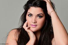 Modelo plus size faz ensaio com Adriana Líbini