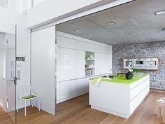 Anette und Michael von Zitzewitz wollten deshalb im neuen Domizil eine offene Küche. Und das auf 52 Quadratmetern samt Wohnbereich? Also Wände raus, clever planen und ganz viel Weiß.