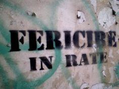 Graffiti reprezintă vocea anonimă care se exprimă pe zidurile oraşelor. Vă invităm să fotografiaţi şi dumneavoastră inscripţiile de pe ziduri şi se ni le trimiteţi, pentru a le comenta împreună. Dacă nu le puteţi fotografia, este de ajuns să le notaţi. Atât imaginile cât şi textele vor fi afişate pe site.