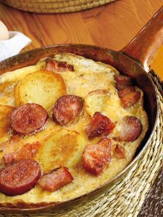 Omelet with potatoes, bacon and sausage Cooking Recipes, Healthy Recipes, Antipasto, I Love Food, Finger Foods, Bacon, Brunch, Food And Drink, Tasty