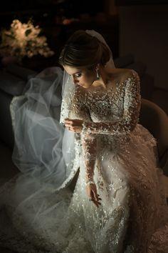 Vestido de noiva bordado de manga longa ( Vestido: Zuhair Murad | Foto: Marcia Charnizon )