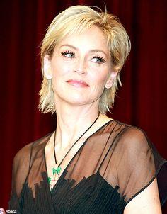 Une coupe courte très féminine qui convient parfaitement aux visages carrés. Sharon Stone mise ici sur des cils XXL pour plus de glamour....