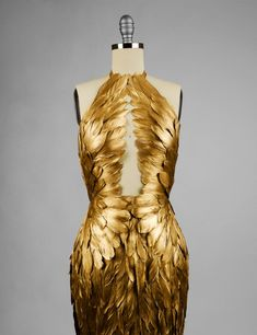 Feather Fashion, Gold Fashion, Fashion 2018, Fashion Fashion, Fashion Beauty, Pretty Dresses, Beautiful Dresses, Fantasy Gowns, Look Girl