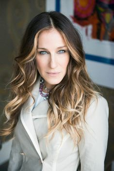 Sarah Jessica Parker brown hair with blonde highlights Highlights For Dark Brown Hair, Brown Hair Colors, Blonde Highlights, Dark Hair, Face Frame Highlights, Hair Colour, Dramatic Highlights, Sarah Jessica Parker Cheveux, Ombre Hair