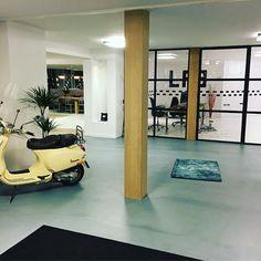 Lekkere loungemuziek, goeie bar, tof interieur, oja ook nog hele fijne gave vloeren! Dat is @m2vloeren Gratis en voor de deur parkeren...Kom bij ons langs voor een goeie bak koffie en ontdek de vloer die bij je past.  #vloer #vloeren #floor #flooring #interieur #interiordesign #interieurstyling #gietvloer #gietvloeren #vloerkleden #carpet #karpet #kymo #bamboo