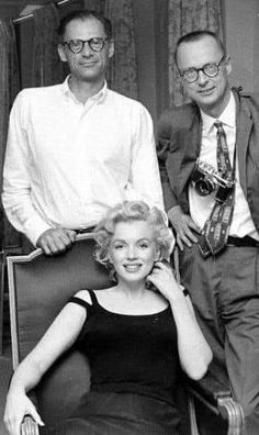 Marilyn Monroe and Arthur Miller with producer Kermit Bloomgarden in their New York apartment, Marylin Monroe, Marilyn Monroe Photos, Hollywood Glamour, Old Hollywood, Amal Clooney, Famous Couples, Norma Jeane, Portraits, American Actress