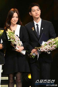 Song joong ki and song hye kyo receiving an award for dots ❤ 2016