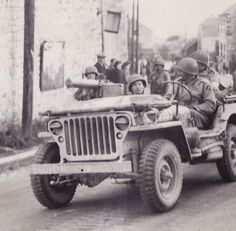 A gi with his m1 garand loads up in the front willys jeep for Self garage caen