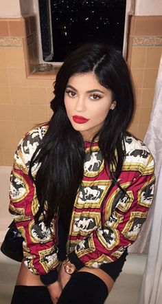 Yes, I like her better with black hair.                                                                                                                                                                                 Mais