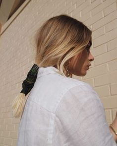 You will love the hair scarf. Aren't you tired of bad hair days? Fortunately, there are many hair accessory trends that will be a b My Hairstyle, Scarf Hairstyles, Messy Hairstyles, Tips Belleza, Mode Inspiration, Hair Day, Hair Inspo, Hair Trends, Hair Goals