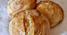 Oggi vi propongo la ricetta di questi deliziosi panini dalla crosta croccante e dall'interno morbido. Ingredienti 500  g f... Swiss Recipes, Bread Recipes, My Favorite Food, Favorite Recipes, Food Porn, Bun Recipe, Bread Rolls, Bread Baking, Bakery