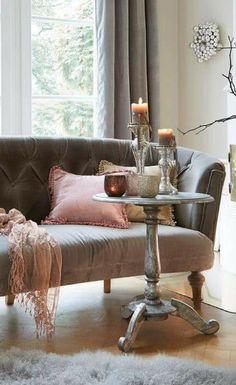 Das Kleine Kapitonierte, Französische Sofa Bringt Auch In Modernen  Wohnungen Einen Hauch Von Vintage Und