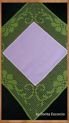 Quadrado em tecido com crochet Crochet Designs, Crochet Patterns, Crochet Lace, Picnic Blanket, Diy And Crafts, Knitting, Knits, Farmhouse Rugs, Dining Table Runners