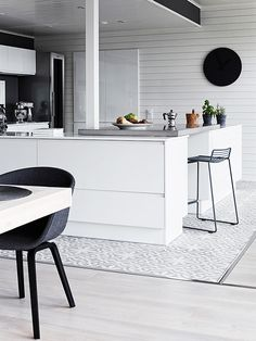 Eclectic finnish home with black walls. Photo by Krista Keltanen Scandinavian Kitchen, Scandinavian Style, Dining Room Design, Kitchen Design, Kitchen Modern, Open Kitchen, Dark Walls, Kitchen Interior, Home Kitchens
