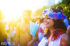 Carnaval ensolarado com coroa de flores no cabelo.