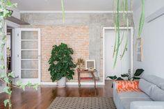 De volta ao passado | Capítulo 1 | Histórias de Casa | Histórias de Casa Exposed Brick Walls, Ladder Decor, Dining Room, Interior Design, 1, Full House, Apartment Ideas, Home Decor, Flora