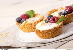 Ovesné vločky smíchejte s kokosem a třtinovým cukrem. K sypké směsi přidejte rozpuštěné máslo s medem a důkladně promíchejte. Naplňte formu na... Healthy Cake, Healthy Dessert Recipes, Healthy Baking, Desserts, Gluten Free Cakes, Pastry Cake, Sweet And Salty, Food Hacks, Great Recipes