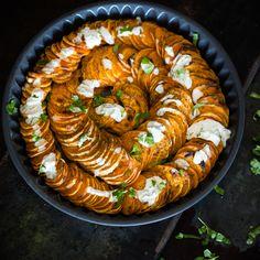 Bei dieser Komposition aus buttrigen Süßkartoffeln in samtiger Kokosnuss-Soße, abgerundet mit einem Schuss Ahornsirup, isst nicht nur das Auge gerne mit.