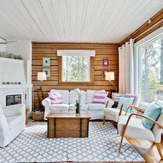 Una casa de madera decorada con viejos y nuevos