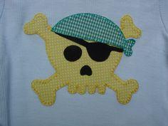 Calavera pirata en amarillo y verde