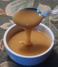Caramel onctueux à base de guimauves (sans produits laitiers) | .recettes.qc.ca Bon Dessert, Dessert Cake Recipes, Dessert Sauces, Easy Desserts, Mousse Dessert, Sauce Au Caramel, Soft Caramels Recipe, Sauce Recipes, Cooking Recipes