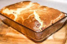 Как испечь пирог Ингредиенты: — 1 стакан муки — 1 стакан кефира — 2 яйца — 0.5 ч. ложка соли — 1 ч. ложка соды Начинка: — 300 гр фарша — 2-3 лук, порезать кубиками — соль, перец — по вкусу Приготовление: В кефир добавляем соду и оставляем минут на 5. Затем добавляем остальные ингредиенты и хорошо перемешиваем. Выливаем