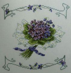 Cute Cross Stitch, Cross Stitch Flowers, Cross Stitch Charts, Cross Stitch Embroidery, Embroidery Patterns, Cross Stitch Patterns, Sweet Violets, Gras, Free Pattern