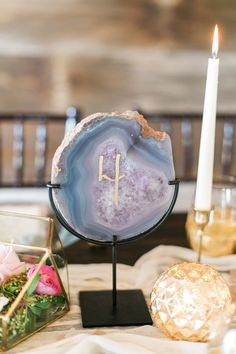 Swiveled agate slice table number | Photo by Lori Blythe | Event design by Hill Country Bride