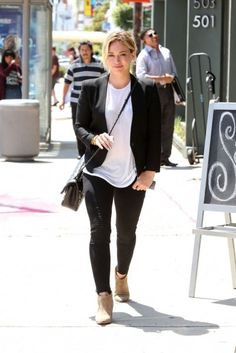 Hilary Duff in Los Angeles. #poshpoint #hilaryduff #streetstyle #fashion #LA