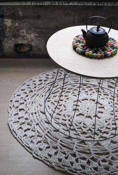 Mit einer dicken Häkelnadel werden diese wunderschönen Teppiche aus hochwertigem recycletem Textilband mit viel Liebe per Hand gehäkelt. Ein schöne...
