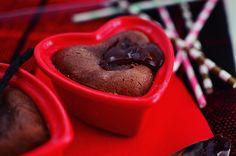 Αυτή η εβδομάδα θα είναι αφιερωμένη ολόκληρη στα γλυκά του Αγίου Βαλεντίνου! Ως γιορτή δεν με ενθουσίασε ποτέ αλλά ως αφορμή για σοκολάτα (και ακόμα περισσότερη σοκολάτα) μου δίνει λόγο να είμαι χα... Souffle Recipes, Chocolate Souffle, Valentines Day Desserts, Chocolate Desserts, Artisan, Pudding, Tableware, Food, Dinnerware