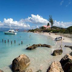 """En Porta Caribe, la zona sur de Puerto Rico, se encuentra la Isla de Caja de Muerto. A partir del Siglo XVIII un escritor francés se refirió a ella como """"Coffre A'morr (Caja de Muerto), impresión que a él le daba al observarla desde cierto punto."""