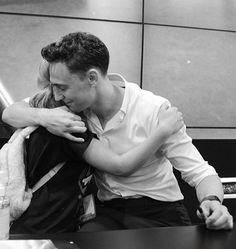 Tom Hiddleston hug! ♥