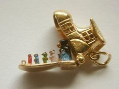 VINTAGE 9CT GOLD OLD OPENING SHOE WOMEN WHO LIVED IN A SHOE CHARM