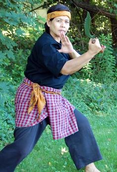 Silat starting a form Martial Arts Styles, Martial Arts Women, Samurai, Martial Arts Workout, Warrior Spirit, Martial Artist, Anatomy Art, Poses, Bruce Lee