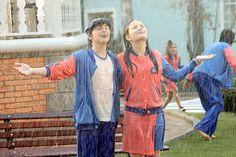 Crianças tomam banho de chuva; veja como a cena foi gravada