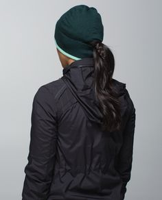 There are two reasons we run faster once the weather cools down: 1) it helps keep us warm and 2) post-workout treats and Netflix. We designed this lightweight, slim-fitting toque with insulating  fabric for warmth when we're pounding the pavement. Now we're just running for that movie marathon.