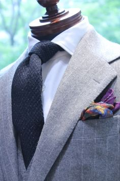 Love the PS but not the really boring, plain tie ! Men's Pocket Squares, Tie And Pocket Square, Silver Shirt, Best Dressed Man, Groom Style, Suit And Tie, Gentleman Style, Classic Outfits, Gray Jacket