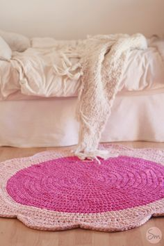 Round crochet rug with flower shape Beige Carpet, Diy Carpet, Rugs On Carpet, Crochet Home, Cute Crochet, Crochet Crafts, Yarn Projects, Crochet Projects, Knit Rug