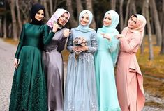 MashaAllah Happy bride and bridesmaids Gorgeous photo by the talented… Modern Hijab Fashion, Islamic Fashion, Muslim Fashion, Modest Fashion, Girl Fashion, Bridal Hijab, Bridal Dresses, Bridesmaid Dresses, Dress Wedding