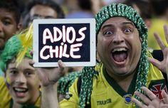 Mundial Brasil 2014, Un aficionado brasileño utiliza su tablet para mandar un mensaje a la selección chilena, 28 de junio de 2014.