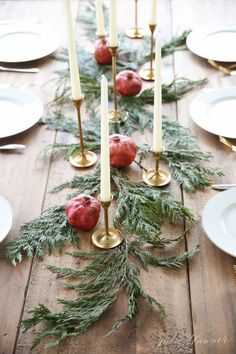 Beautiful and Inspiring Holiday and Christmas Table Setting Ideas Are you hosting Christmas dinner or another holiday event this year? You'll be inspired by these beautiful Christmas and holiday table setting ideas! Christmas Flowers, Noel Christmas, Rustic Christmas, Winter Christmas, Scandinavian Christmas, Christmas Christmas, Christmas Crafts, Navidad Simple, Navidad Diy